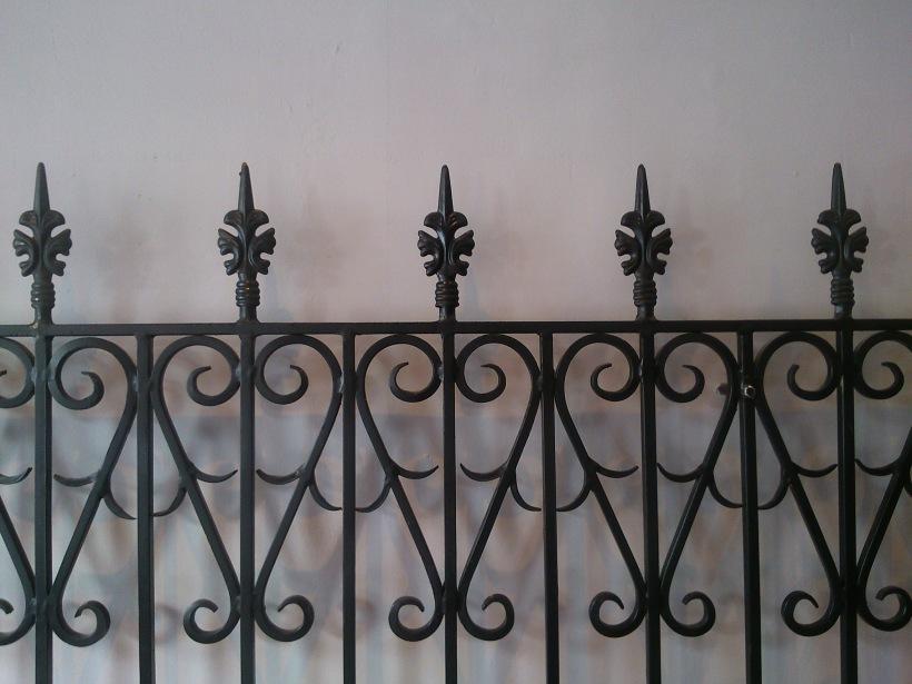 fungsi pagar adalah untuk menjaga agar tidak sembarang orang bisa masuk. get it?